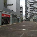 敷地内にあるS字アベニューにはさまざまな店舗があります