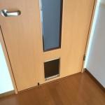 リビングのドアが閉まっていても、ペットが出入りできるくぐり戸を設置している団地があります。