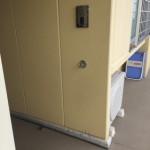 玄関のドアの開閉時などにリードにかけておけるフックを付けている団地があります。