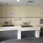 エントランスホールなどの近くに、住棟に入る前にペットの足を洗えるよう洗い場を設置している団地があります。