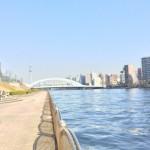 リバーシティ21新川、団地前を流れる隅田川